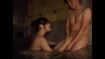 混浴温泉で美女が男性の肉棒をしごき、しゃぶってあげます