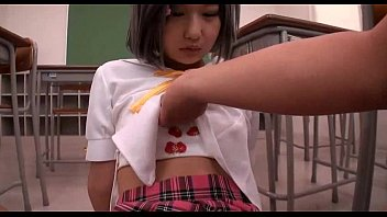 XVIDEO 机でオナニーしている女子校生とセックス