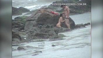 Download video sex Casal e flagrado fodendo na praia durante tempestade online - VideoAllSex.Com