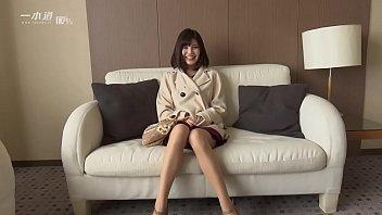 和製アン○ェリーナ・○ョリーと言っても過言ではない唇美人、有賀ゆあちゃんが「モデルコレクション」に登場! 1 12 min