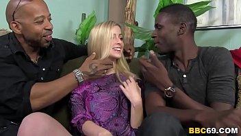 複数の黒人男性を相手に肉棒をしゃぶり、突きまくられる美女
