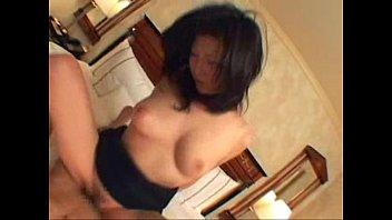 【ハメ撮り】騎乗位で上下に弾みまくって喘ぎ声を上げる淫乱巨乳熟女