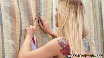 Blonda Care Suge Doua Pule Prin Pereti