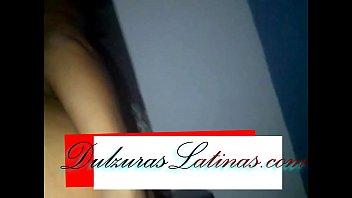 Morena latina penetrada por su gran trasero mientras grita y muerde la almohada
