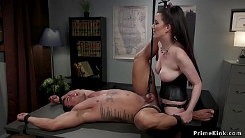 Busty Domme Peg ging Tied Man