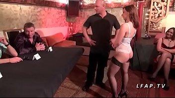 Jeune et jolie brunette sodomisee devant des pro pour son casting porno  #1173503
