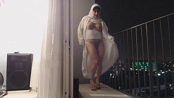 musulmane danse seins nus sur son balcon