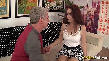 Cand Ii Pleaca Sotul De Acasa Chiama Un Mos Sa Faca Sex Cu Ea