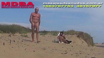 Caminando por cruce gay en playa nudista...