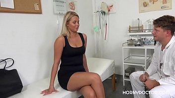 Aceasta Blonda Merge La Doctor Cu Alt Scop