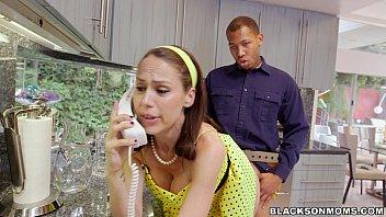 Ea Vorbeste La Telefon Iar El O Fute Pe La Spate