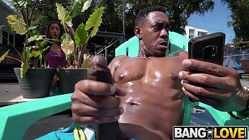 اشتعلت لاعب كمال أجسام أسود وهو يفعل الكفوف في حمام السباحة وامتصه كيرا بيريز