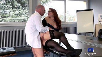 Jolie rouquine aide son chef à se détendre au boulot