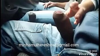 Esposa batendo uma punheta em publico no carro - Casal Pss