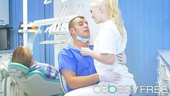 Tanara Blonda Linge Pula Si Se Fute Cu Mediul Dentist Cand Un Pacient Este Anesteziat