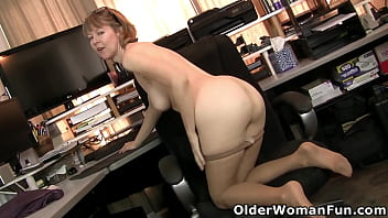 American milf Jamie Foster wants to share her naked body