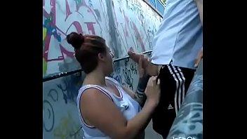 Gordinha casada pagando boquete para um estranho na rua