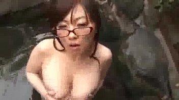 【めがね】露天風呂で立ちバックをキメておっぱい揺らしまくりな淫乱女