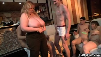 Biggest tits bl onde spreads legs for skinny l gs for skinny lad
