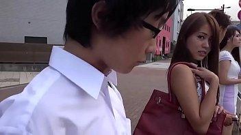通勤バスの中で男子高校生の股間を触り誘惑する美女