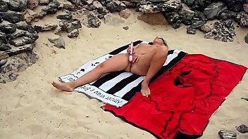 Lisa se faire jouir sur une plage publique avec son god