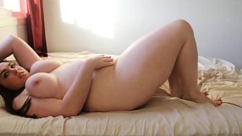 Tanara Grasuta Cu Silicoane Isi Provoaca Orgasm Cu Degetele