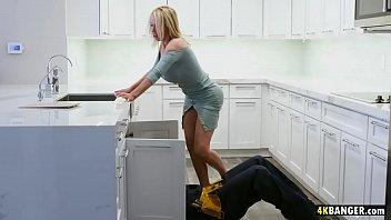 لها كس مارس الجنس في المطبخ من قبل السباك