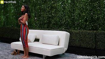 امرأة من اللون المعروف أيضا باسم جيدة سخيف واحد القيام به في الحديقة