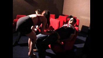 Vrouw speelt in porno bioscoop