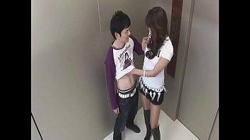 エレベーターの中でセクシーなお姉さんが次々にフェラしていきます