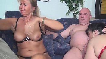 Junges Paar fickt beim Dreier mit Petra Wegat