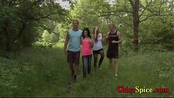 Universitarios recorren un bosque de paseo pero terminan follando en el pastal con sus amigas