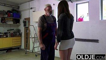 Sex In Garaj Cu Un Mecanic Batran Care Fute O Tanara De 20 Ani