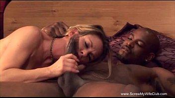 白人人妻が夫の目の前で黒人男性の肉棒をしゃぶり、突きまくられます