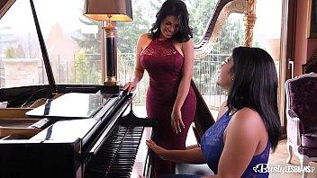 سمراء الزوجي العزف على البيانو و أنا أحب