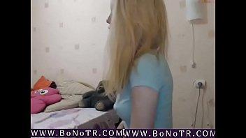 vysokaya-blondinka-po-vebke-draznit-popkoy-i-golymi-siskami