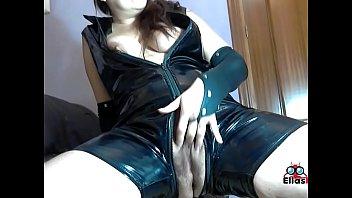 Gata restrega su coño por el sofá, fetiche de negro