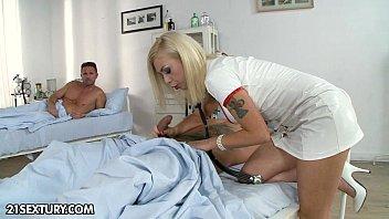 ممرضة المستشفى سعيدة باللعب