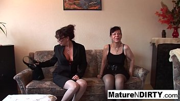 Brunette grannies fuck with veggies and give a...