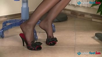 Streaming Video Redhead secretaries feet shoeplay in stockings and pantyhose - XLXX.video