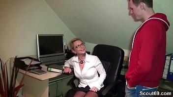 Milf Chefin fickt den jungen Praktikanten auf Arbeit