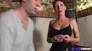 Jolie cougar cherche un bijou et trouve une belle bite [Full Vid&eacute_o]