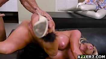 Blonda Face Sex Cu Un Pularau Bun La Pat