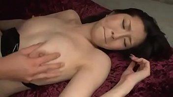 Japonesa &eacute_ fodida por dois caras