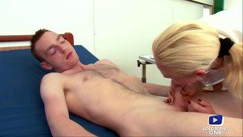 Infirmi&egrave_re salope profite de ses patients pour se faire plaisir