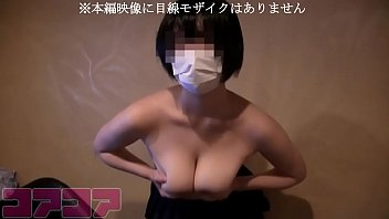 XVIDEO 巨乳素人娘をカラオケの室内で全裸にし手マン責め