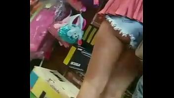 Mini shorts se le ve la nalga en el mercado...a girl show her nalga hehe..plz co