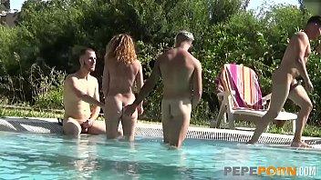 Sex In Grup La Piscina Cu Mai Multi Barbati Si Pizde Bune