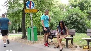 Ii Fute Prietena In Parc Pentru 300 De Euro