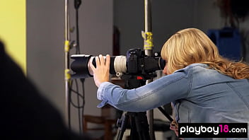 Inocenta Filmata De Mai Multi Cameramani In Timp Ce Se Fute Tare